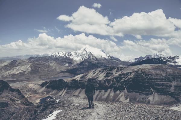 Joe Mania devant le Chacaltaya en Bolivie