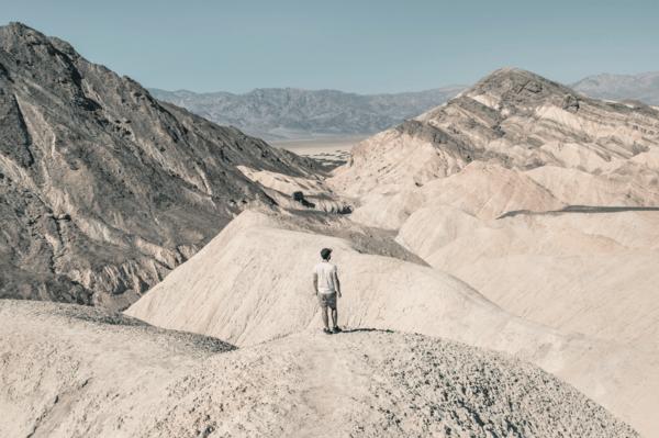 Photographie de l'artiste Joe Mania aux Etats Unis dans la Vallée de la Mort.